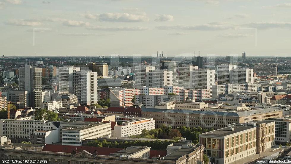 Berlin Neptunbrunnen Hochhaus Skyline Zuflug nach unten abends D041_C025