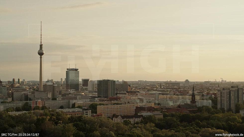 Berlin Volkspark Friedrichshain Alexanderplatz Skyline Zuflug abends 5
