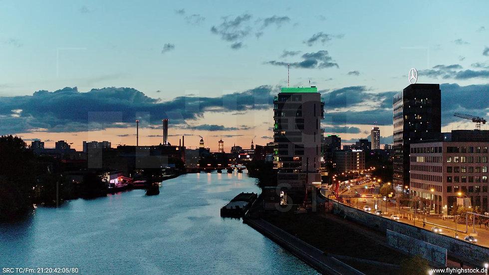 Berlin East Side Gallery Skyline Zuflug nach oben abends 4