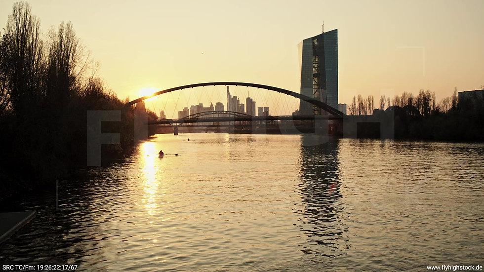 Frankfurt Osthafenbrücke Hub Skyline abends 5