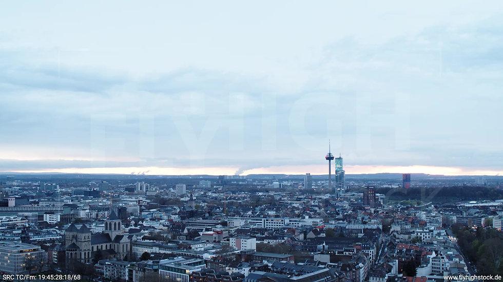 Köln Westufer Skyline Zuflug abends