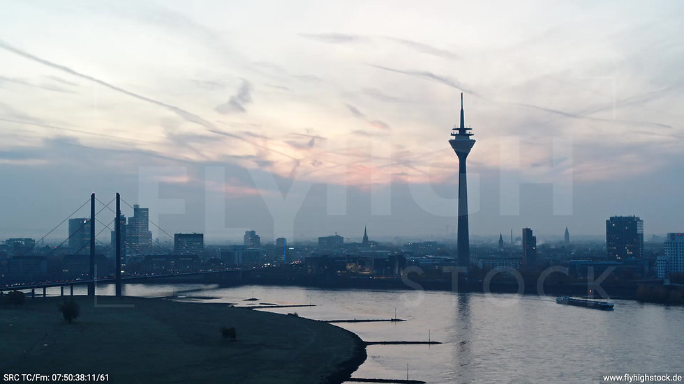 Düsseldorf Rheinturm Skyline Zuflug morgens F004_C009