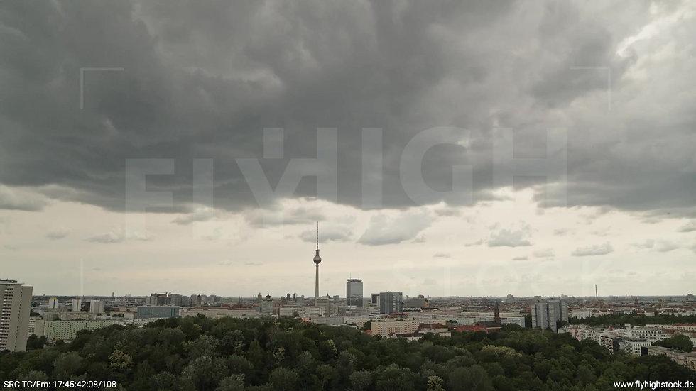 Berlin Volkspark Friedrichshain Alexanderplatz Skyline Zuflug tagsüber 3