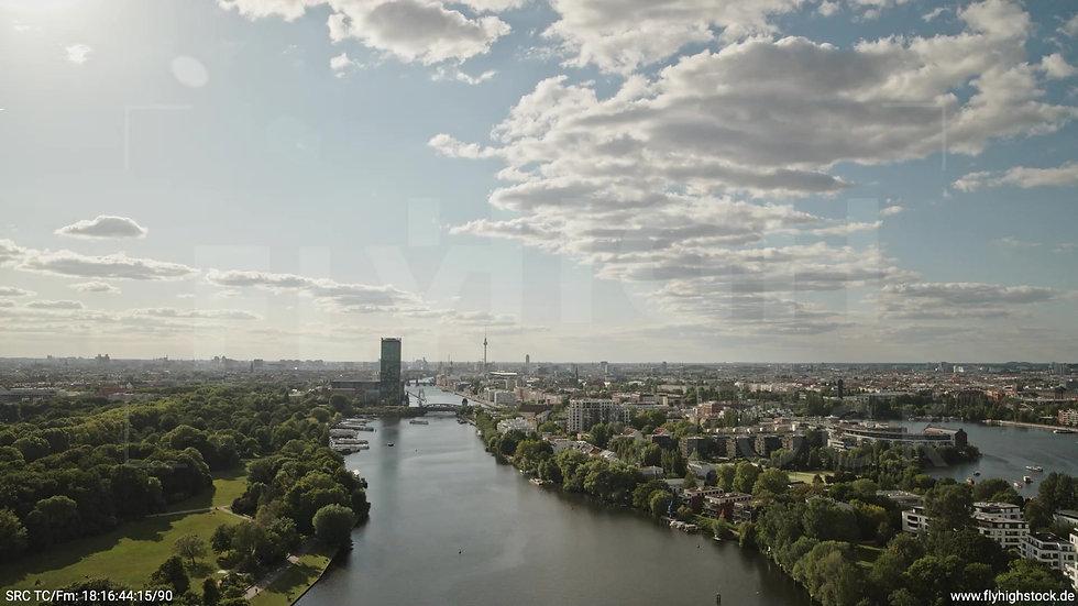 Berlin Treptower Park Skyline Zuflug tagsüber 2