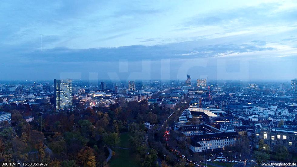 Düsseldorf Hofgarten Skyline Zuflug nach unten abends F009_C014