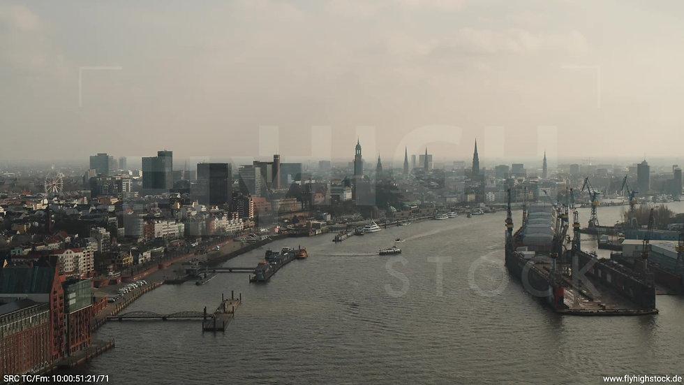 Hamburg Hafen Überflug Elbe tagsüber 3