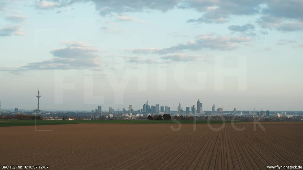 Frankfurt Skyline tiefer Zuflug abends