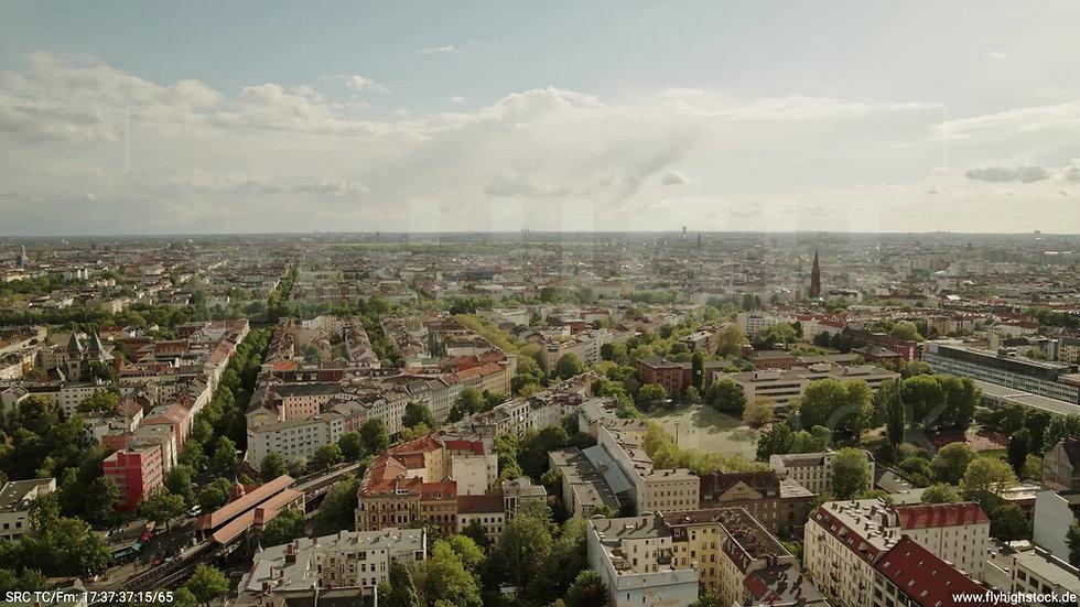 Berlin East Side Gallery Stadtteil-Shot Kreuzberg Parallelflug tagsüber 2