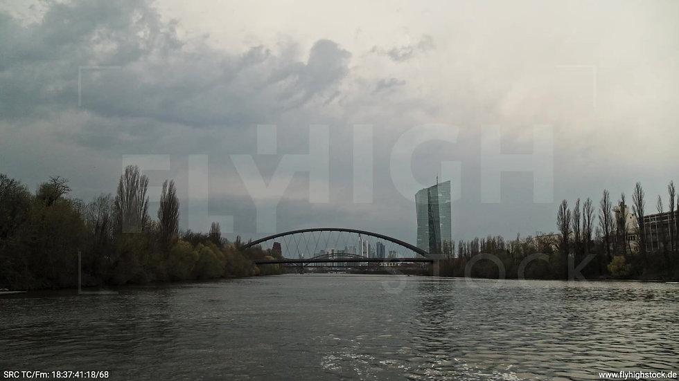 Frankfurt Osthafenbrücke Zuflug nach oben Skyline tagsüber 2