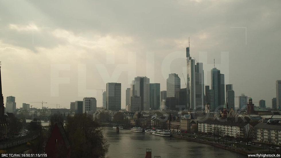 Frankfurt Alte Brücke Hub Skyline tagsüber 4