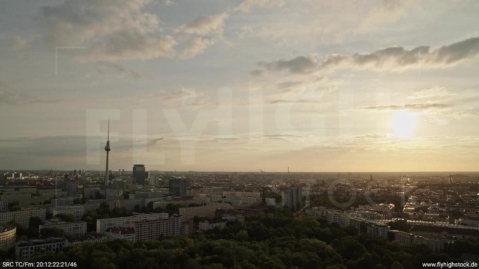 Berlin Volkspark Friedrichshain Alexanderplatz Skyline Zuflug abends 2