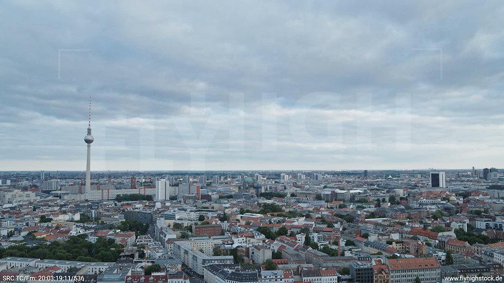 Berlin Volkspark am Weinberg Alexanderplatz Skyline Hub abends 5