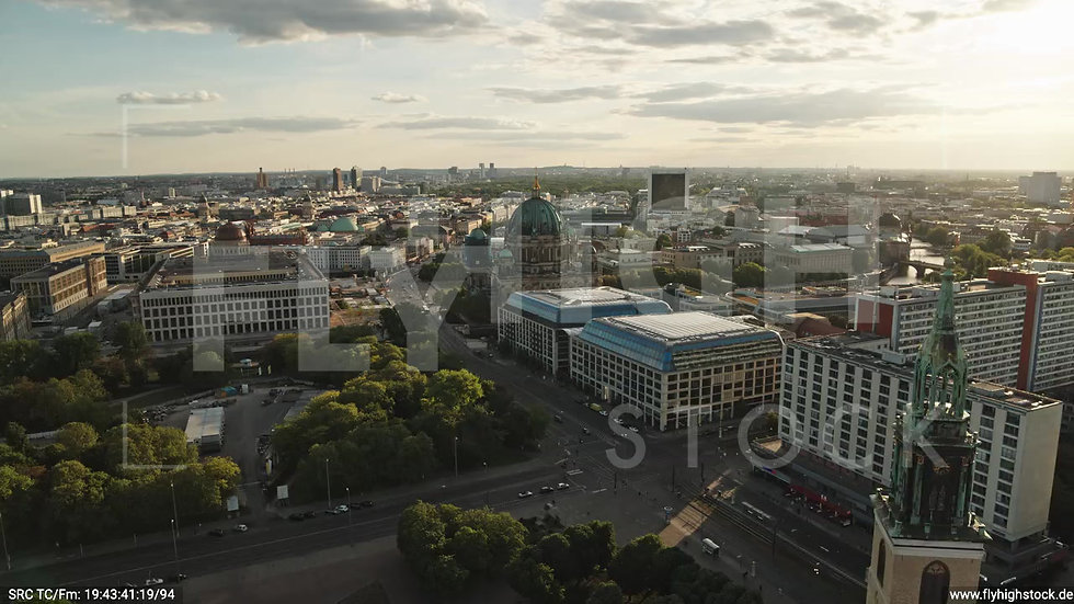 Berlin Neptunbrunnen Berliner Dom Zuflug abends D042_C007