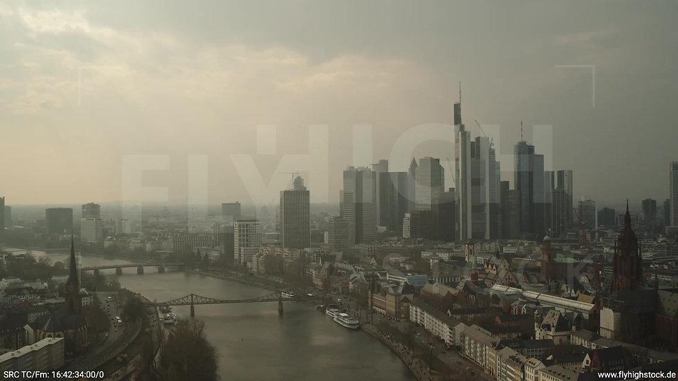 Frankfurt Alte Brücke Zuflug Skyline tagsüber