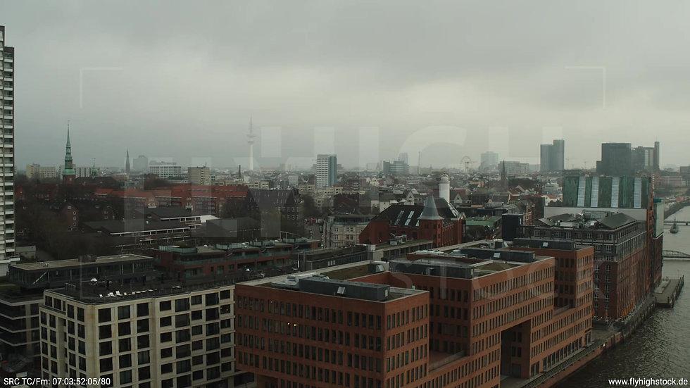 Hamburg Hafen kurzer Zuflug Skyline tagsüber bewölkt