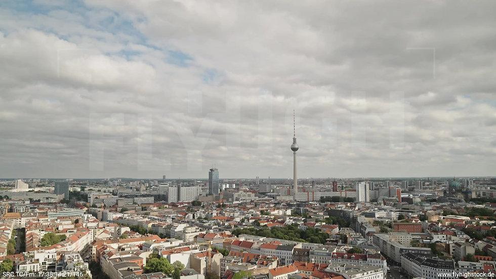 Berlin Volkspark am Weinberg Alexanderplatz Skyline Zuflug tagsüber