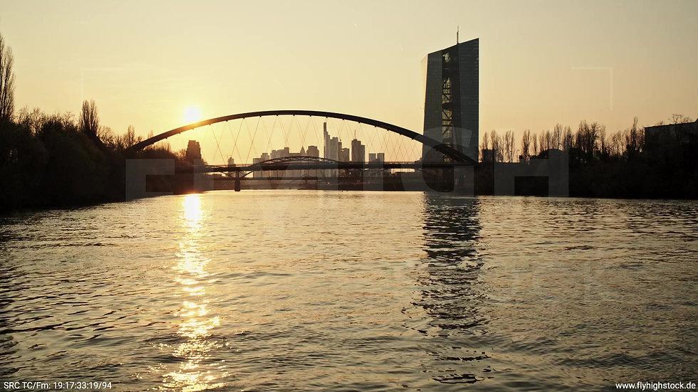 Frankfurt Osthafenbrücke Hub Skyline abends 4