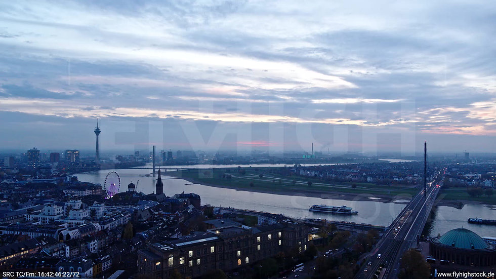 Düsseldorf Hofgarten Rheinturm Skyline Parallelflug abends F009_C010