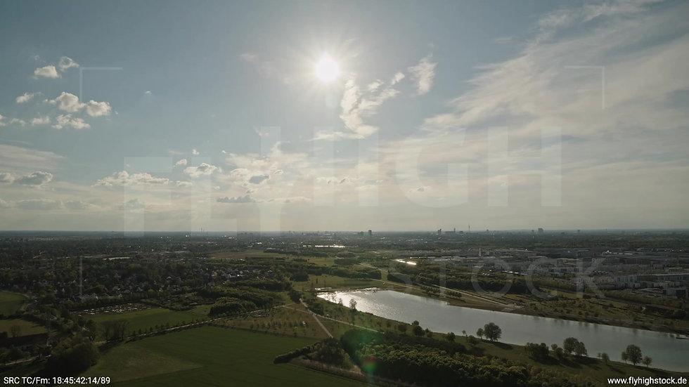 München Riemer Park Skyline Zuflug tagsüber 2