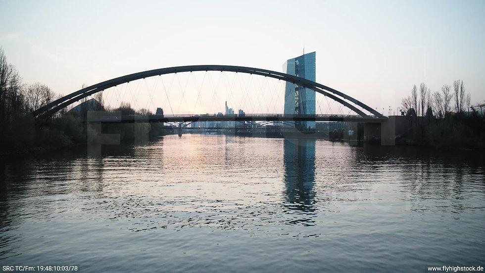 Frankfurt Osthafenbrücke Hub Skyline abends 7