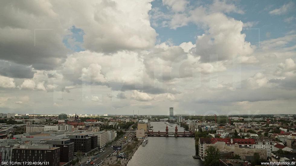 Berlin East Side Gallery Allianz Skyline Zuflug tagsüber
