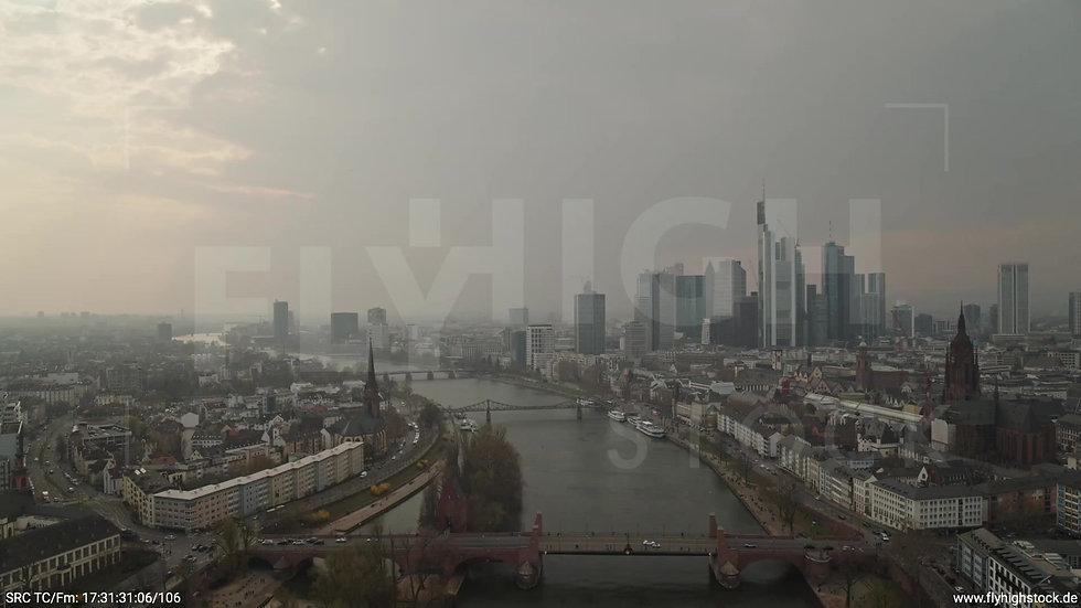 Frankfurt Alte Brücke Zuflug Skyline tagsüber 5