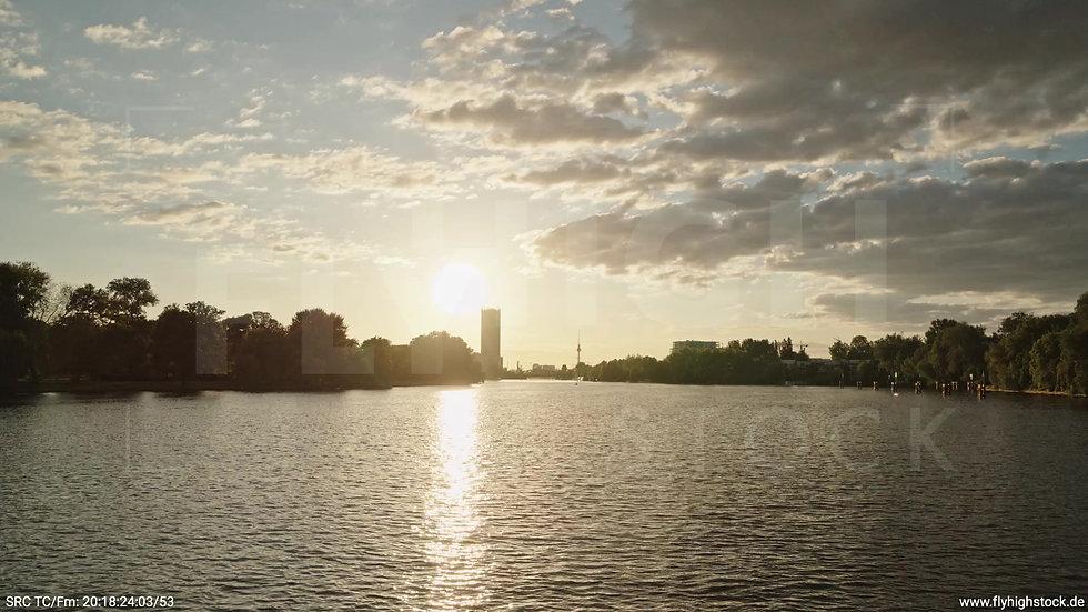 Berlin Treptower Park Skyline Zuflug nach oben abends