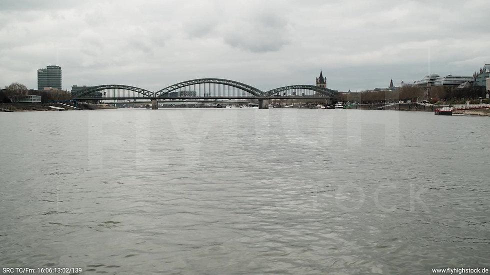 Köln Westufer Hohenzollernbrücke Zuflug nach oben tagsüber