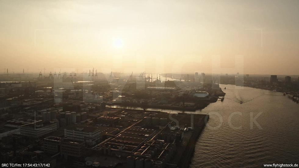 Hamburg Südwesthafen Überflug Elbe abends 2