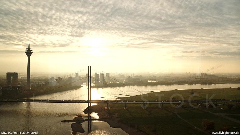 Düsseldorf Rheinkniebrücke Skyline Rückflug abends F008_C010