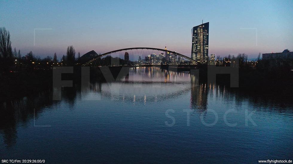 Frankfurt Osthafenbrücke Hub Skyline abends 13