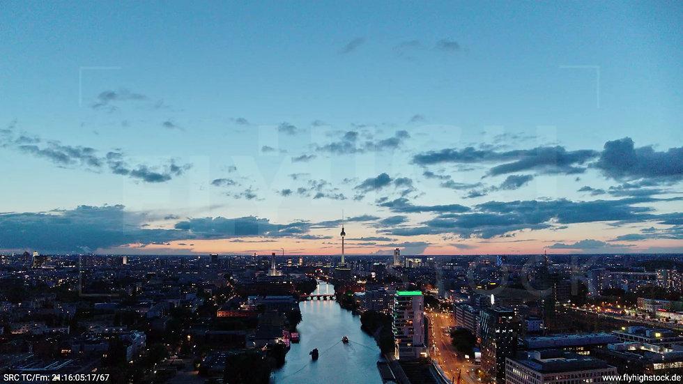 Berlin East Side Gallery Skyline Zuflug abends 7