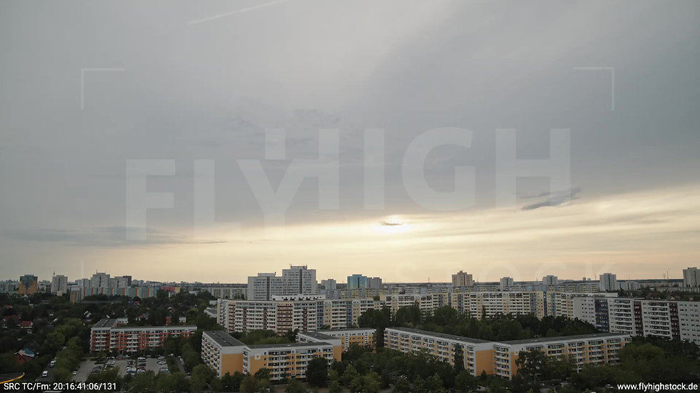 Berlin Marzahn Skyline Parallelflug abends