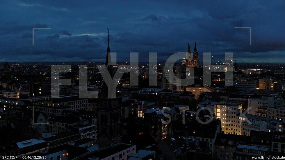 Köln Stadtgarten Parallelflug nach oben nachts C082_C002