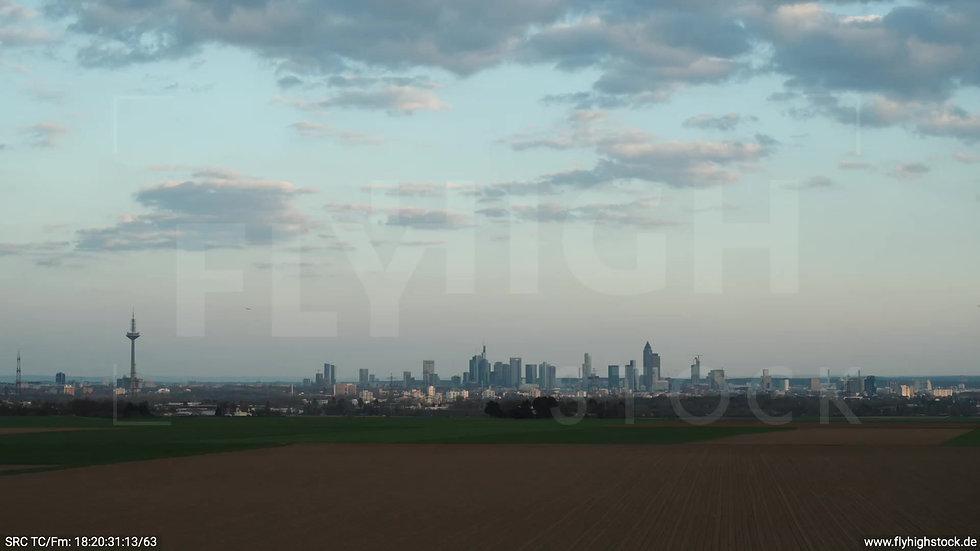 Frankfurt Skyline tiefer Zuflug abends 2