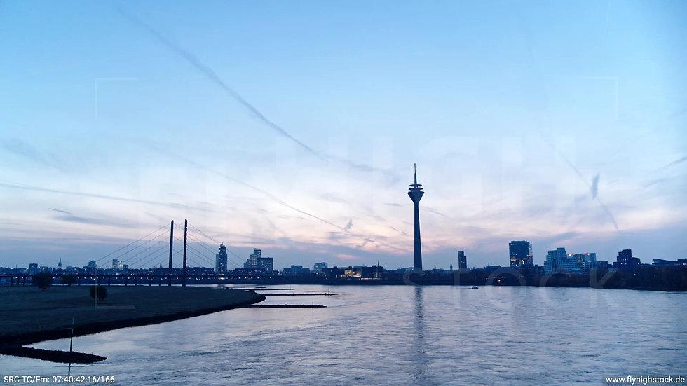 Düsseldorf Rheinturm Skyline Zuflug nach oben morgens F004_C002