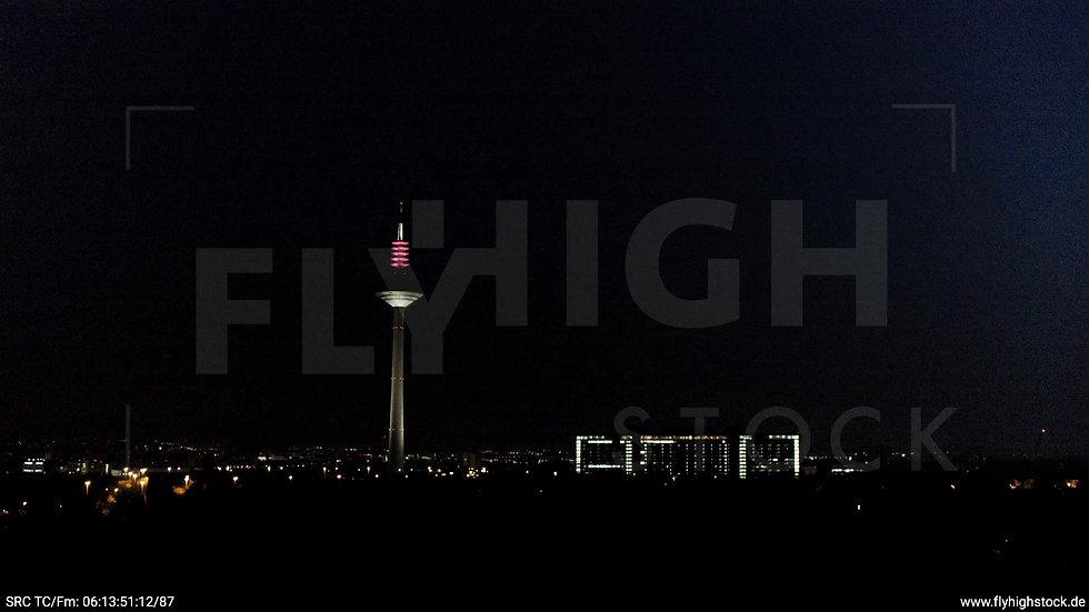 Frankfurt Grüneburgpark Zuflug Europaturm nachts