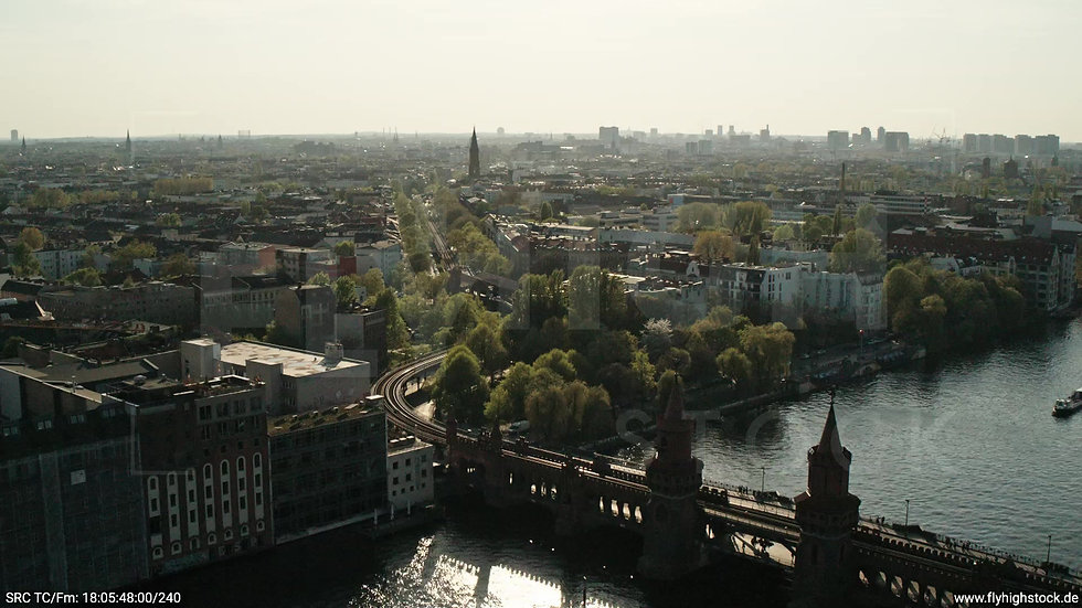 Berlin Oberbaumbrücke Skyline Rückflug tagsüber