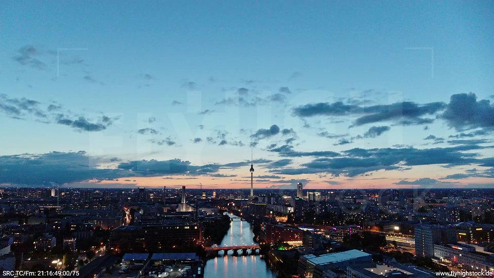 Berlin East Side Gallery Skyline Rückflug nach unten abends 2