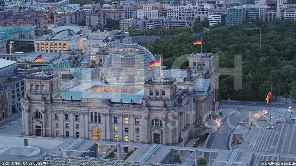 Berlin Spreebogenpark Reichstagsgebäude Parallelflug morgens D037_C004