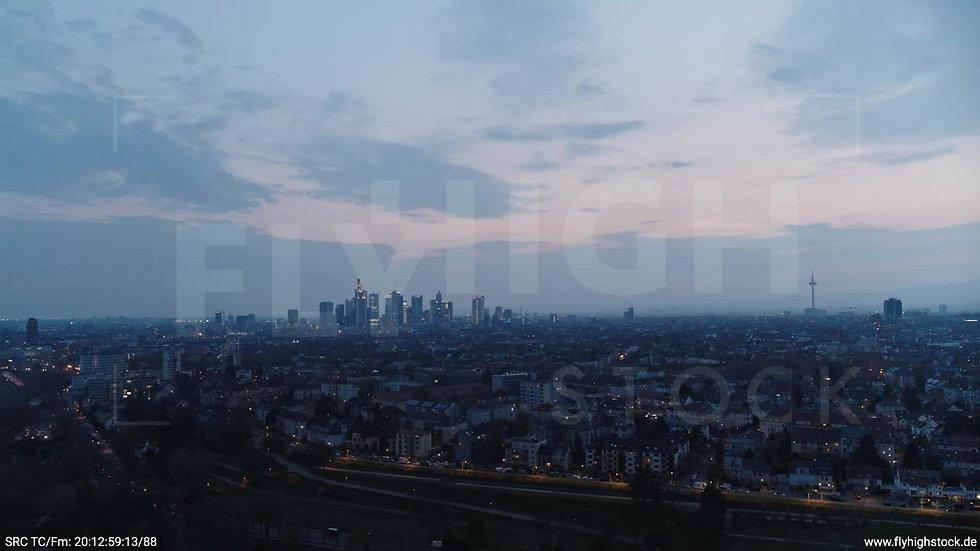 Frankfurt Ostpark Zuflug Skyline abends 7