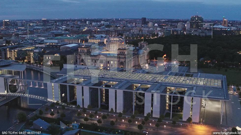 Berlin Spreebogenpark Reichstagsgebäude Parallelflug morgens D036_C006