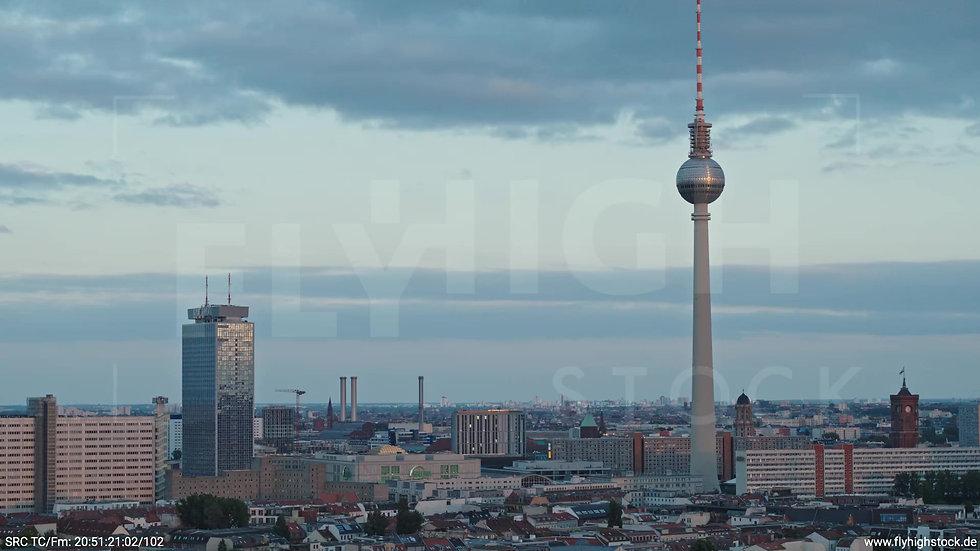 Berlin Volkspark am Weinberg Alexanderplatz Skyline Parallelflug abends 5