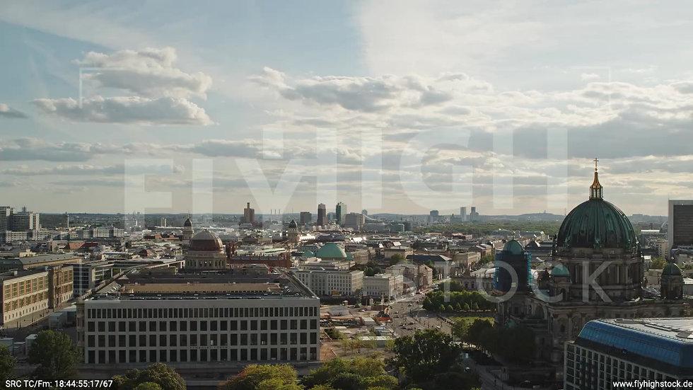 Berlin Neptunbrunnen Berliner Schloss Rückflug nach oben abends D041_C011
