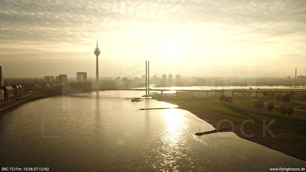 Düsseldorf Rheinkniebrücke Skyline Parallelflug nach unten abends F008_C012