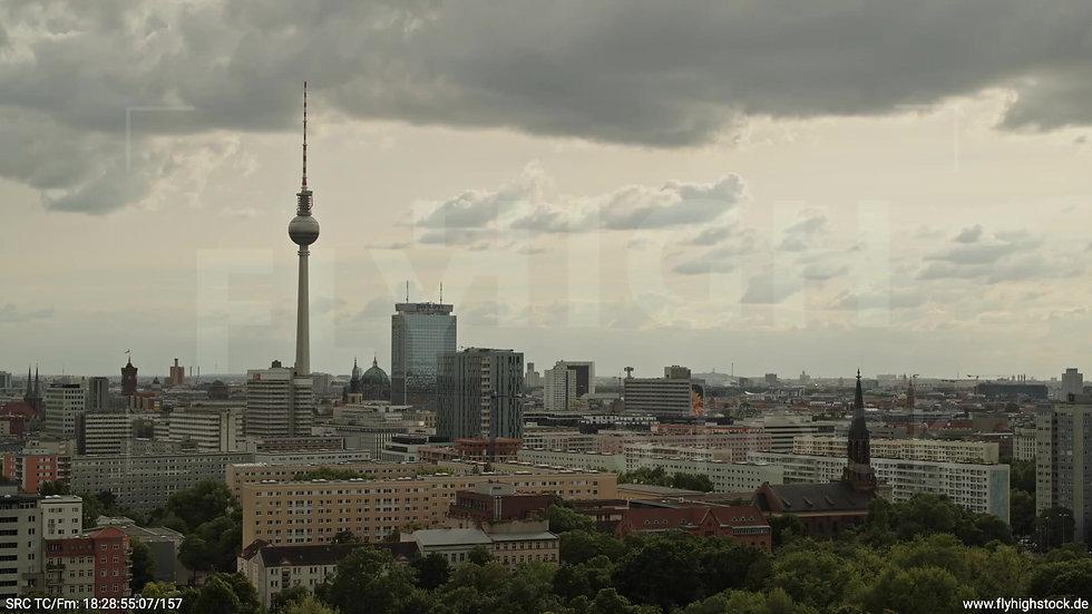 Berlin Volkspark Friedrichshain Alexanderplatz Skyline Parallelflug tagsüber 2