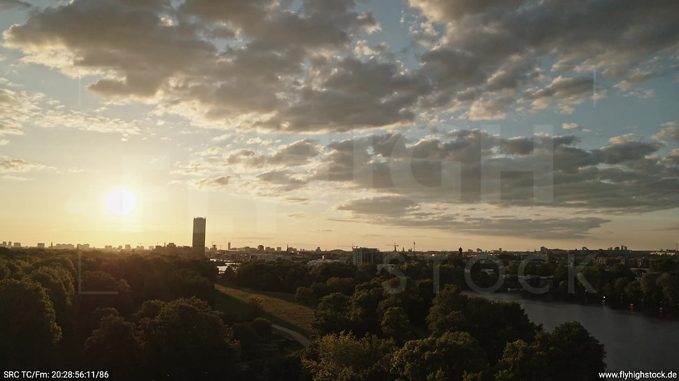 Berlin Treptower Park Skyline tiefer Parallelflug abends 2