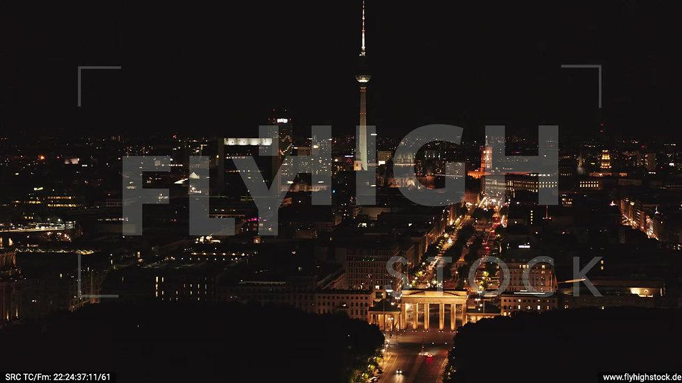Berlin Tiergarten Brandenburger Tor Zuflug nach unten nachts D044_C006