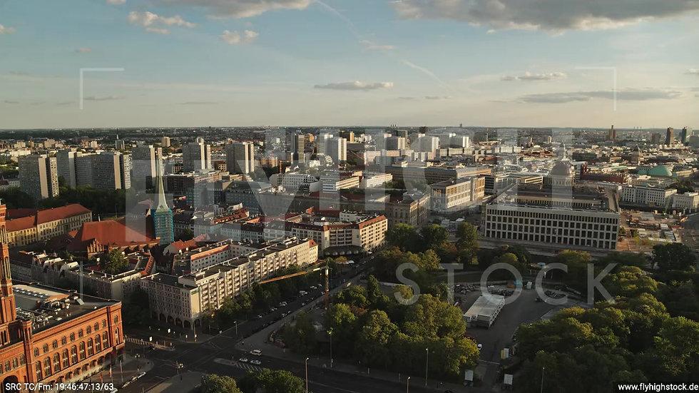 Berlin Neptunbrunnen Berliner Schloss Zuflug nach unten abends D042_C010