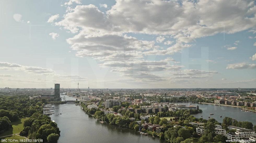 Berlin Treptower Park Skyline Zuflug nach unten tagsüber